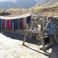 Эта непальская женщина ткёт прекрасные шарфы